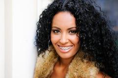 Молодая чернокожая женщина с расчалками Стоковая Фотография RF