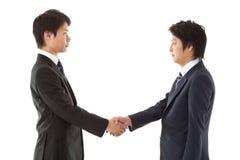 Молодое рукопожатие бизнесменов Стоковая Фотография