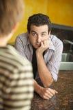 Молодой человек в кухне с другом Стоковые Изображения RF