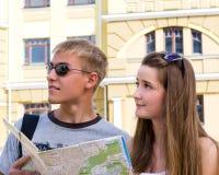Молодой человек и женщина sightseeing Стоковые Фотографии RF