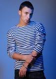 Молодой atractive человек в striped Джерси Стоковые Фото
