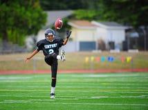 молодость введения мяча в игру американского футбола Стоковое Фото