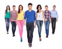 Молодые вскользь люди гуляя вперед Стоковая Фотография RF