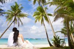 Молодые любящие пары на тропической предпосылке моря Стоковая Фотография RF