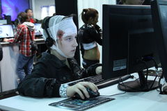 Молодые люди играя видеоигры Стоковое Изображение RF