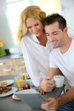 Молодые пары в кухне Стоковое Изображение