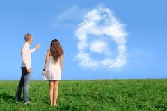 Молодые пары мечтая о новом доме Стоковая Фотография RF