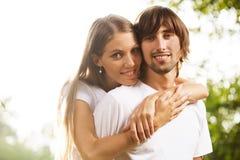 Молодые привлекательные пары совместно outdoors Стоковое фото RF