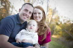 Молодые родители и портрет ребенка снаружи Стоковое Изображение RF