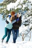 Молодые счастливые люди пар в зиме Стоковые Фотографии RF