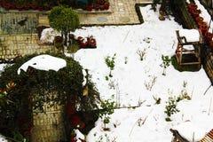 Молчаливый ландшафт зимы в домашнем саде вполне белого снега стоковая фотография rf