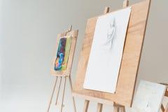 мольберты с художническими картинами в пустой студии искусства стоковое фото
