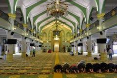 Молящ на мечети султана, в Сингапуре Стоковые Изображения