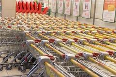 Мол, немногие посетители, серии тележек для продуктов, редакционных стоковое изображение rf