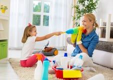 Моменты семьи смешные очищая домой Стоковые Изображения RF
