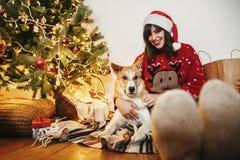 Моменты семьи теплые атмосферические в зимних отдыхах девушка счастливая стоковое фото rf