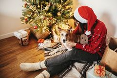 Моменты семьи теплые атмосферические в зимних отдыхах девушка счастливая стоковые изображения