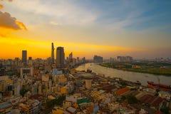 Момент восхода солнца вида с воздуха центра Хошимина здания - самого большого города в Вьетнаме Стоковое фото RF