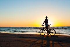 момент времени Sporty силуэт велосипедиста женщины на пестротканом Стоковое Изображение RF