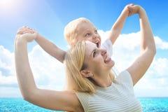 Момент жизни счастливой семьи! мать и маленький сын имея потеху играя совместно Стоковое Изображение RF