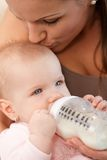 Момент матери и младенца интимный стоковые изображения rf