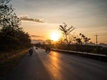 Момент путешествовать с установкой солнца за холмом стоковое фото rf