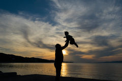 Момент семьи любящий с отцом и сыном против драматического неба Стоковая Фотография