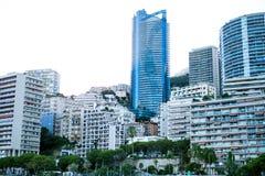 Монако, Европа - город 16-ое августа 2017 во время захода солнца Международный деловый центр Монако Солнце сияющее через гостиниц Стоковые Изображения
