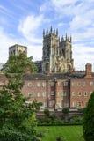 Монастырская церковь Йорка от стен стоковое фото rf