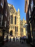 Монастырская церковь Йорка, туристы, выравнивая солнечность, Англия Стоковая Фотография RF
