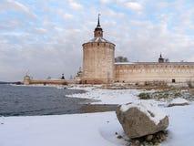 Монастырь в зиме, башня Kirillo-Belozersky Kuznechnaya, озеро Siverskoe, Россия Стоковые Фотографии RF