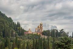 Монастырь в новом Athos окружен деревьями Стоковая Фотография RF
