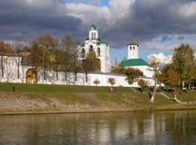 Монастырь в осени, обваловка Transfiguration реки Kotorosl, Yaroslavl, Россия Стоковое фото RF