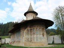 Монастырь в Vatra Dornei, Bucovina, Румынии Всход в апреле 2018 стоковые фотографии rf