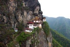 Монастырь гнезда тигра на краю горы стоковая фотография rf