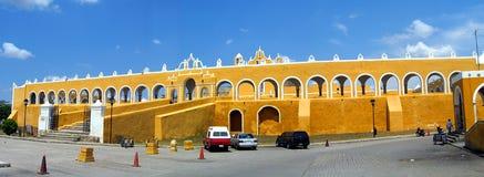 Монастырь желтого цвета Izamal стоковые фото