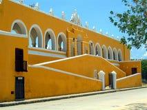 Монастырь желтого цвета Izamal стоковые фотографии rf