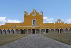 Монастырь монастыря города желтого цвета церков Izamal мексиканський Юкатана Стоковые Изображения