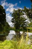 Монастырь Ньюарка, осмотренный с другой стороны реки Wey стоковая фотография
