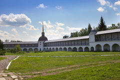 Монастырь предположения Tikhvin, русское правоверное, (зона Tihvin, Санкт-Петербурга, Россия) стоковое изображение