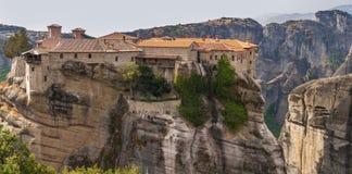 Монастырь святой троицы в Meteora трясет, значить приостанавливанный в воздух в Trikala, Греции стоковое фото