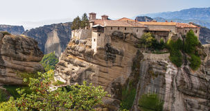 Монастырь святой троицы в Meteora трясет, значить приостанавливанный в воздух в Trikala, Греции стоковое изображение