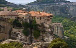 Монастырь святой троицы в Meteora трясет, значить приостанавливанный в воздух в Trikala, Греции стоковые фото