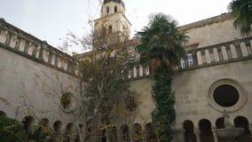 Монастырь тринадцатого века францисканский, с целью колокольни, в Дубровнике акции видеоматериалы