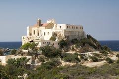 Монастырь Chrysoskalitissa, Крит, Греция, ливийское море на предпосылке стоковое изображение rf