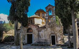 Монастырь Kaisariani восточное правоверное святое место построенное на Норт-Сайд держателя Hymettus, около Афина, Греция стоковое изображение