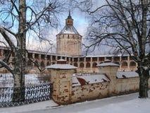 Монастырь Kirillo-Belozersky в зиме, башне Москвы Ferapontov и крепостной стене, России Стоковая Фотография RF