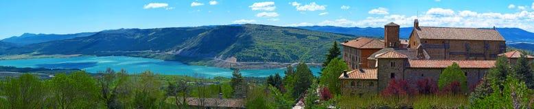 Монастырь Leyre и озеро Yesa в Испании Стоковое Фото