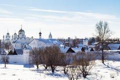 монастырь Pokrovsky взгляда в Suzdal в зиме Стоковые Изображения RF