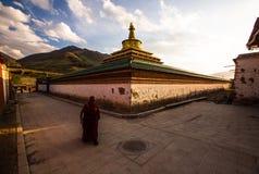 Монастырь Rongwo: Священное буддийское место на последние тысячелетия стоковые изображения rf